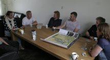 Koffiepauze met vrijwilligers en graafwerker