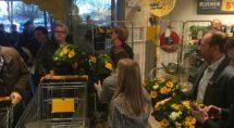 Ronald en Ineke Mulder delen met hun personeel boeketjes uit aan de eerste klanten van de Jumbo