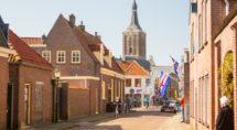 Vlaggen uit in de lege straten van Hasselt tijdens de eerste corona-golf