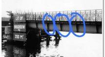 Op deze oude foto van de Van Nahuysbrug is met blauw omcirkelt waar het brugdeel kan hebben gezeten